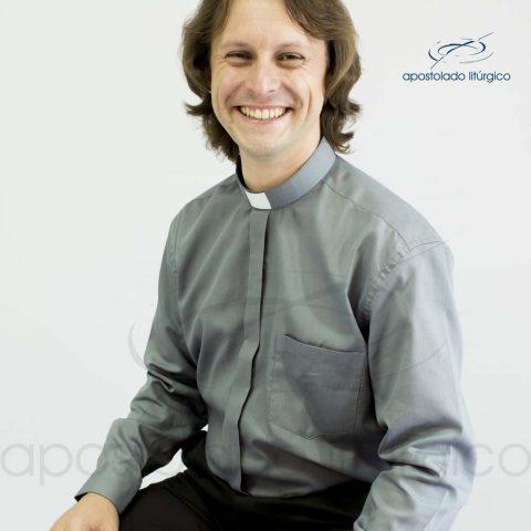 Camisa Casinha de Abelha Chumbo Manga Longa Frente Meio Corpo Sentado