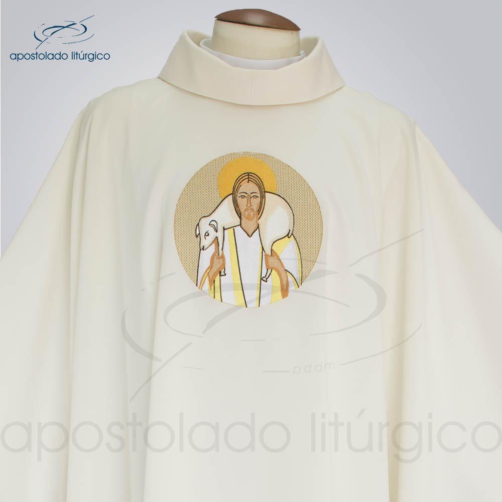 Casula Oxford bordado Bom Pastor Creme frente gola | Apostolado Litúrgico Brasil