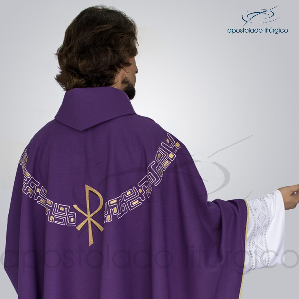 Casula Oxford Bordada PX Roxa Modelo Costas Detalhe | Apostolado Litúrgico Brasil